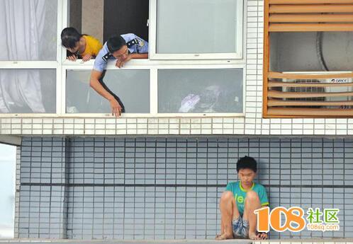 没做作业怕挨打 12岁男孩躲上11楼雨棚