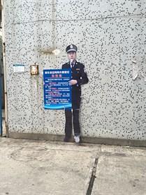我们小区门口的警察叔叔日夜保护我们的安全