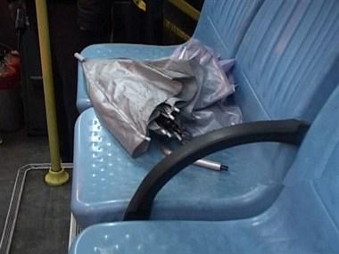 早上坐车163,一个男的把湿的伞在座位上,说他一句骂了我一路!