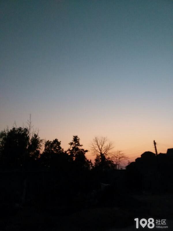 落日的余晖笼罩着新年的气息 祝大家新年快乐 猴塞雷