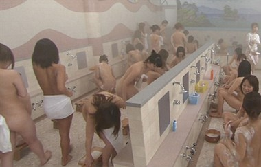 女士澡堂竟冲进来一群男醉鬼,见人就说亲一个抱一个!