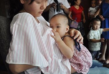 公共场合哺乳,是母爱的伟大还是对周围人的不尊重?