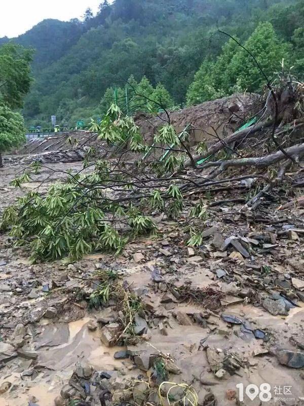 山体滑坡,泥石流把房子都快埋了,