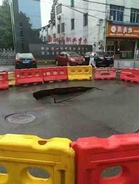 沈家路面塌陷出现大坑,是水土流失太快还是地面太薄?
