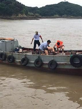 盘峙岛一中年男子落水 群众现场人工呼吸紧急抢救!