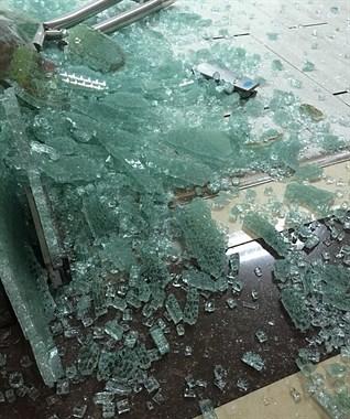 """社友上班时公司钢化玻璃门离奇""""自爆"""",所幸无人受伤"""