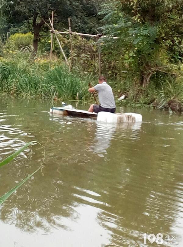 高手在民间!平湖河上惊现一大爷划船,其自制渔船太逆天