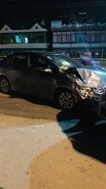 六点大桥又发生车祸了!两车相撞车身都被撞弯了!