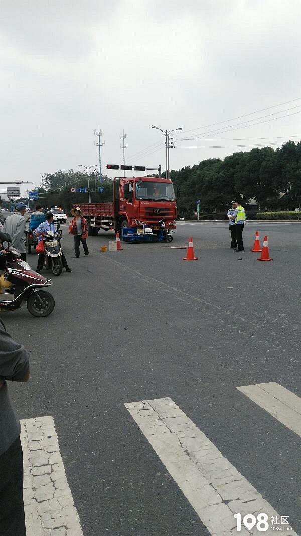 嘉兴圆通寺发生惊险车祸,疑似三轮车闯红灯撞上货车