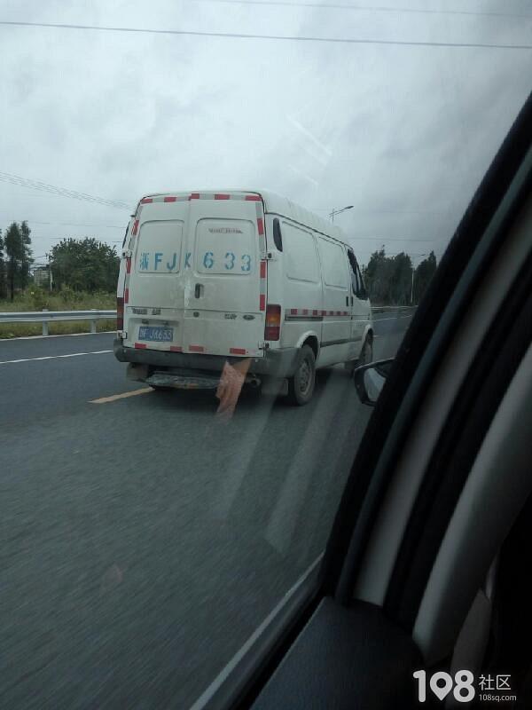 多危险!平湖这车行驶中不关门大堆货物就堆在后面!