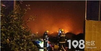 那一夜独山港垃圾场内一片火海、烟雾弥漫,消防官兵出动6车37人