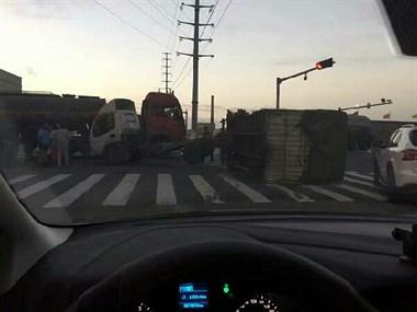 平湖东西大道又发生车祸!两集装箱货车相撞严重变形!