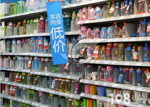 这超市是把顾客都当贼了?卖杯子竟把盖子藏起来了!