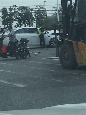 许佳桥至前港红绿灯发生车祸,两轿车相撞其中一辆粉碎性骨折