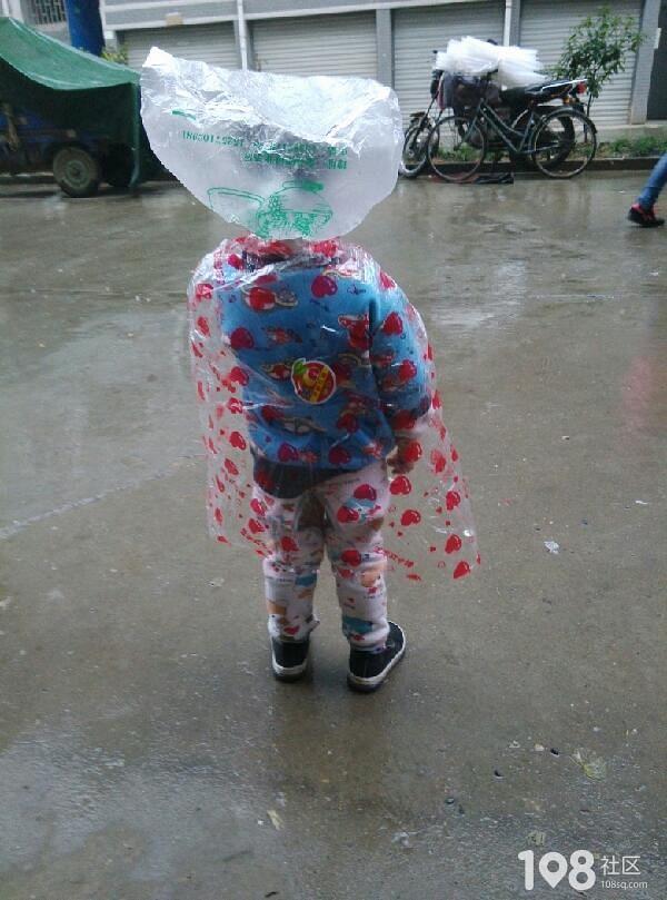 小孩子站在风雨中可爱的不要不要的
