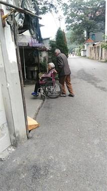 东洲一对93岁老夫妻的动情一幕,相濡以沫老来伴