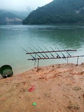 地球人已经无法阻止他们钓鱼!风雨无阻除夕也得去