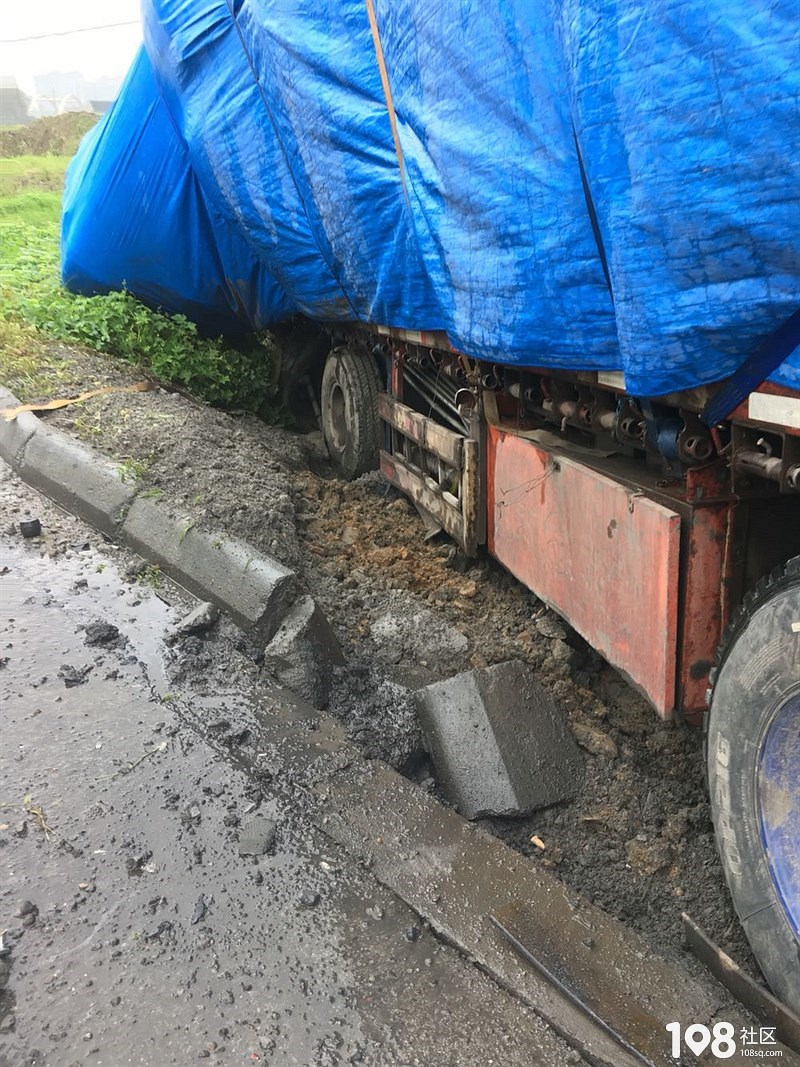 平湖07省道边三车连撞,货车前轮撞飞轿车前头面目全非