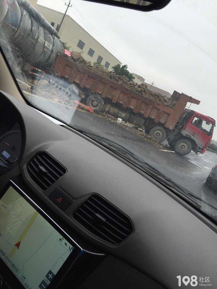 富春货车撞上危险品铁罐车,现场满地乱石造成严重交通堵塞