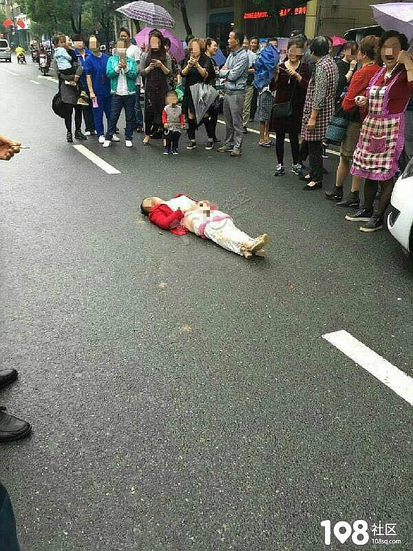 什么情况!新登一女子脱下裤子躺路中间,众人拿着手机围观