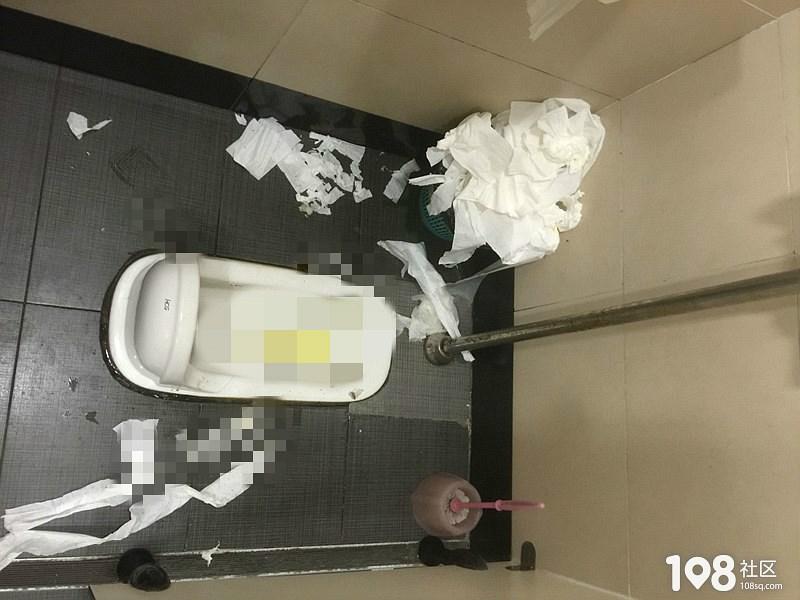 肯德基女厕废纸堆积成山不堪入目,这家的炸鸡会不会更…