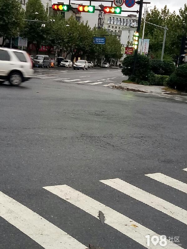 在线等!去往春江方向红绿灯是这样的?过还是不过?