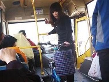 富阳女子天天抱着一罐排泄物挤公交,车上一股骚味!