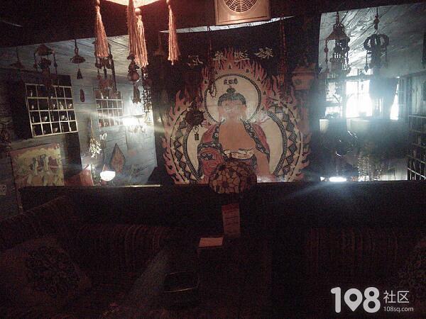 旧门窗旧木板看着阴森森,富阳这家咖啡馆装修太个性