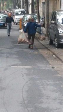 80岁老奶奶肩挑60斤红薯健步如飞,年轻人自愧不如