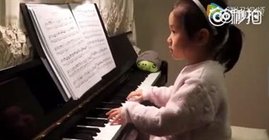 一位小女娃的钢琴演奏,认真而专心