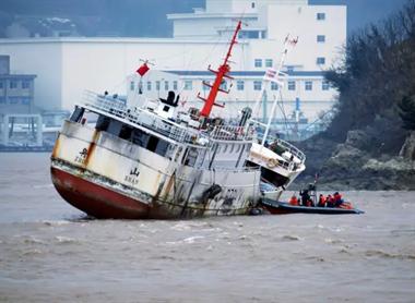 渔船从沈家门开往岱山修船时搁浅 13人被困船体倾斜25°