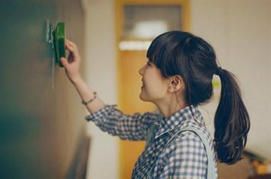 上班第一天对女同事一见钟情!如何才能让她注意到自己呢?