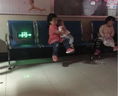 4岁模样的女人竟有个7月大的宝宝,这一幕让人好震惊!