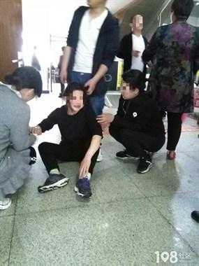 啥情况?新客站中年妇女瘫坐在地大哭大闹,只为丈夫讨说法?
