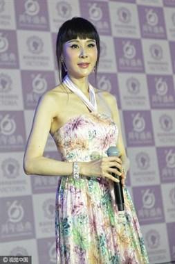 49岁萧蔷梳齐刘海扮嫩,竟为整形医院站台