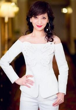 赵雅芝穿白衣小秀香肩,真的是美了一辈子