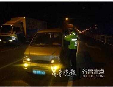 """男子酒后载两个孩子上路 被查后和警察说""""不打紧"""""""