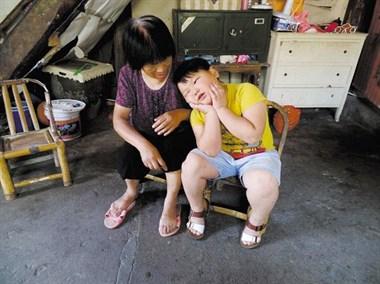 七旬老夫妻帮困难街坊代养孩子10年,只因年轻时的一句承诺!