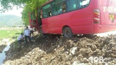 常山一公交车把电瓶车撞上树,现场紧急施救!