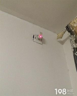 太恐怖!瓷都美女新租房屋内竟发现监控摄像头?还在闪动