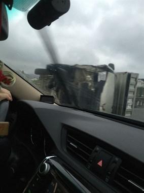 石松一级公路新河桥上一小货车侧翻