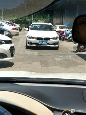 有钱买车没钱交停车费?嵊州女司机去吃饭竟将车子停在路中间