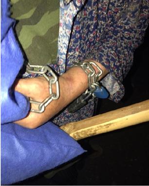 江山深夜遇一手戴铁链的老人自称被虐待,还被关在地下室