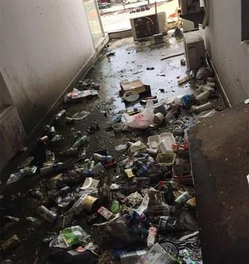 景德镇一奇葩男在可乐瓶撒尿丢楼下平台 臭得邻居不敢开窗