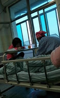 泪目!同房病友离异带一女儿 绝望到情绪崩溃想放弃治疗