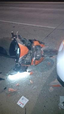 畈黄线电瓶车撞上汽车!电动车车头全毁,小车后挡风玻璃全碎