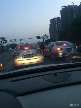 还有这么好的服务?西安门大桥上有人专门给车擦玻璃