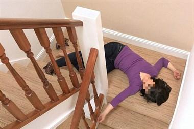 痛心!表妹玩手机不慎从二楼滚下,头部出血当场就昏过去了