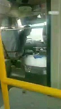 长兴某公交司机一句话全车人愤怒,这2块钱该付吗?