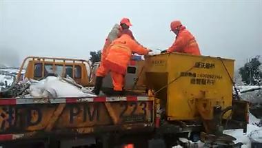嵊州13条公路受雪情影响!养护工人连夜赶赴现场,清除障碍